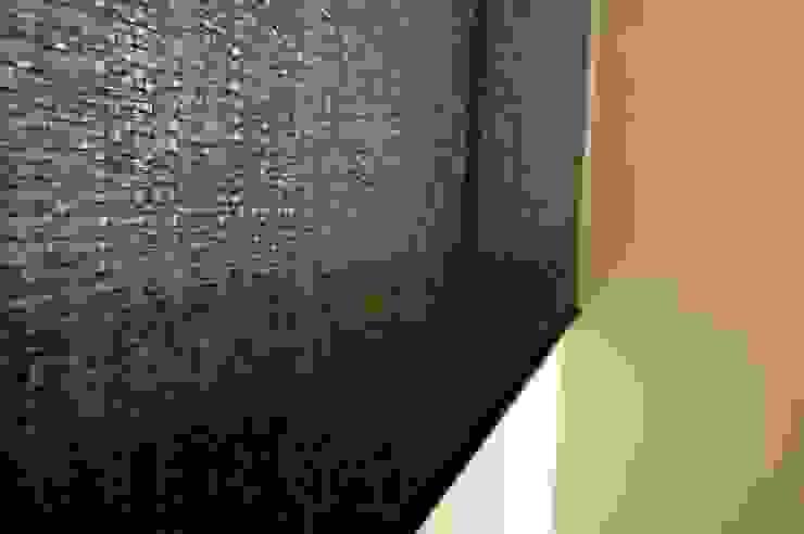 立體虛實紋路顯現精緻質感,替外型俐落的捲簾增添不同的窗影風情: 極簡主義  by MSBT 幔室布緹, 簡約風