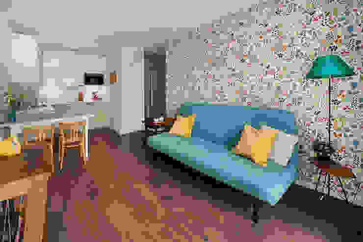 Salon - wygodna przestrzeń do relaksu i przyjmowania gości Eklektyczny salon od Ama Studio Eklektyczny