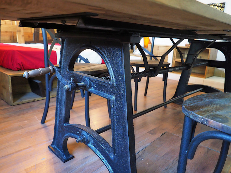 Tavolo allungabile legno massello con struttura in ghisa: Soggiorno in stile  di nuovimondi di Flli Unia snc, Industrial