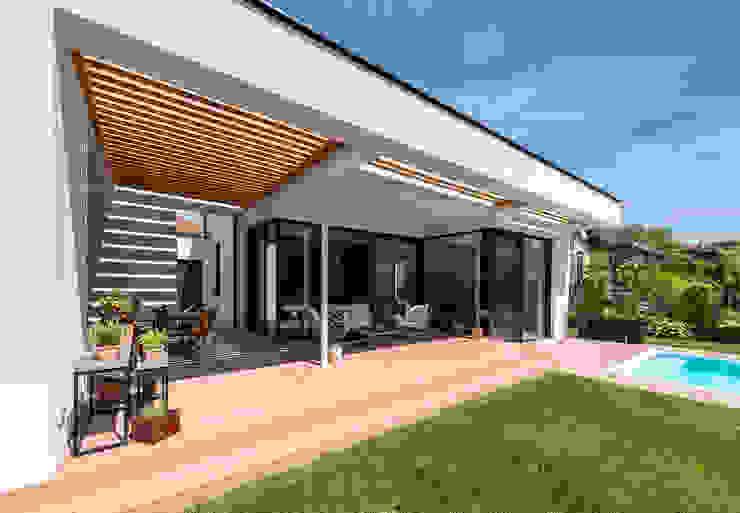 Terrasse und Garten bei Modernem haus Moderner Balkon, Veranda & Terrasse von AL ARCHITEKT - in Wien Modern