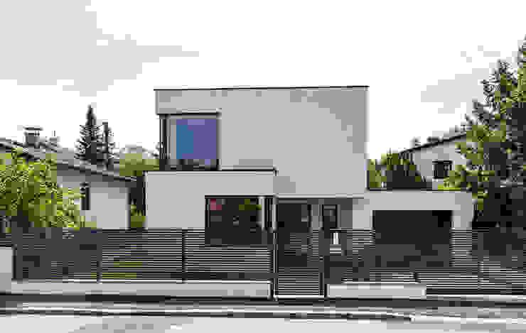 Strassenfront von modernem Einfamilienhaus von AL ARCHITEKT - in Wien Modern