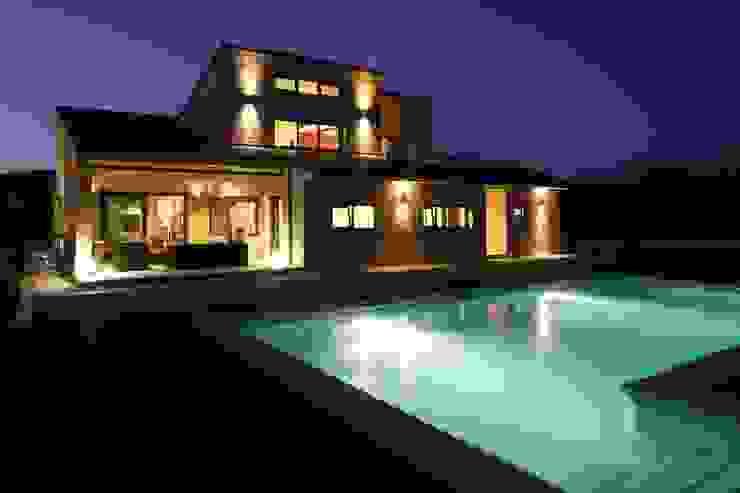 Fachada trasera con piscina Casas de estilo moderno de Domonova Soluciones Tecnológicas para tu vivienda en Madrid Moderno