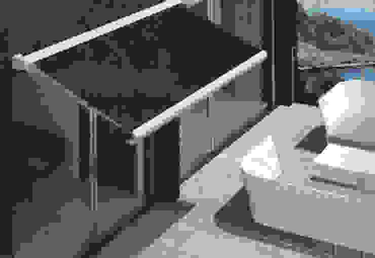 Toldo cofre en color negro: Jardín de estilo  de TOLDOS CLOT, S.L.