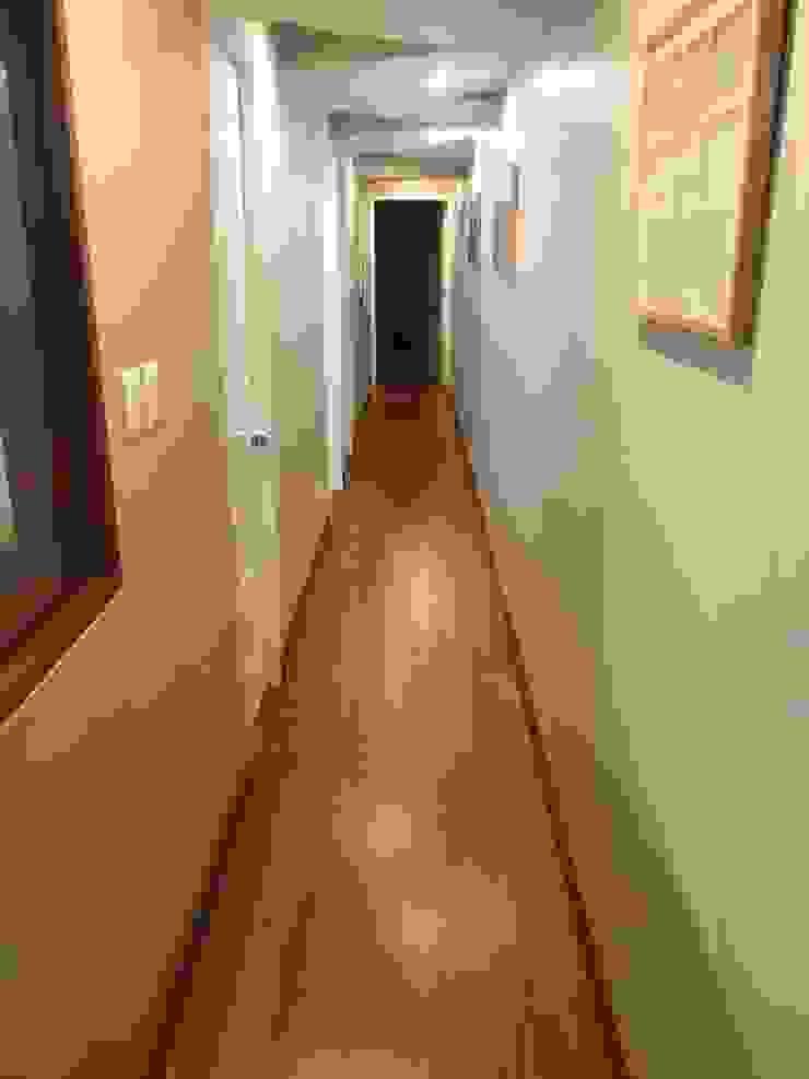 Galeria de fotos Pasillos, vestíbulos y escaleras modernos de Actio arquitectos Moderno Madera Acabado en madera