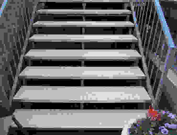 Offene Außentreppe in einem hellen Steinteppich aus Marmor von Steinteppich der Balkon & Terrassenbelag deutschlandweit Mediterran