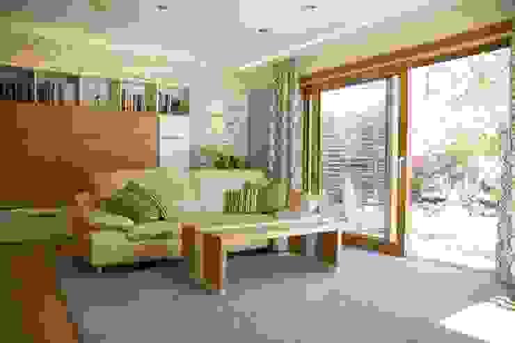 Ein Fenster weicht einer Hebeschiebetür:  Wohnzimmer von T-raumKONZEPT - Interior Design im Raum Nürnberg,