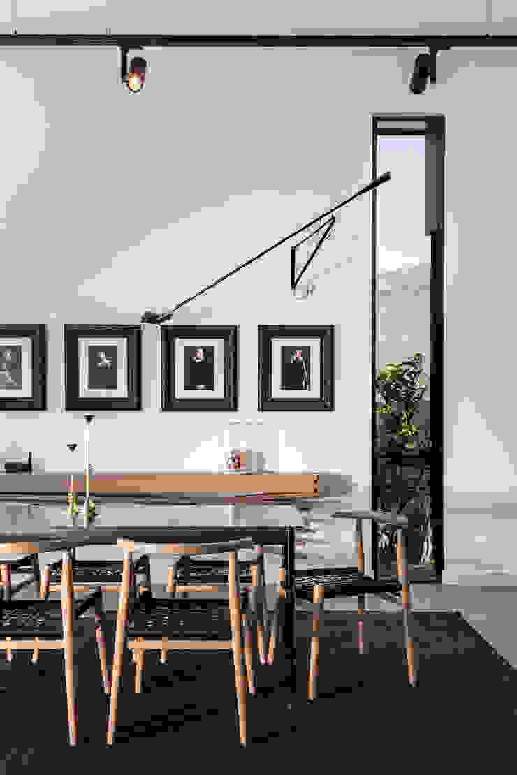 Minimalistyczny salon od GSQUARED architects Minimalistyczny