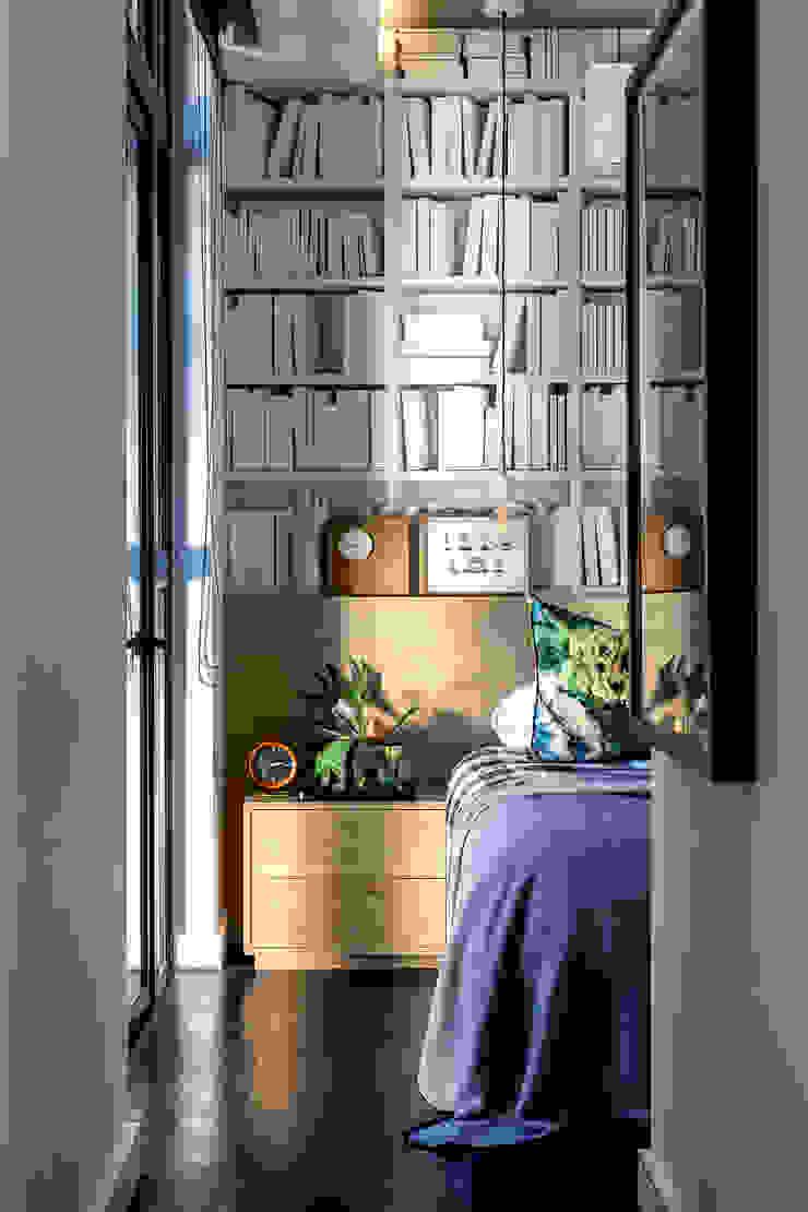 Minimalistyczna sypialnia od GSQUARED architects Minimalistyczny