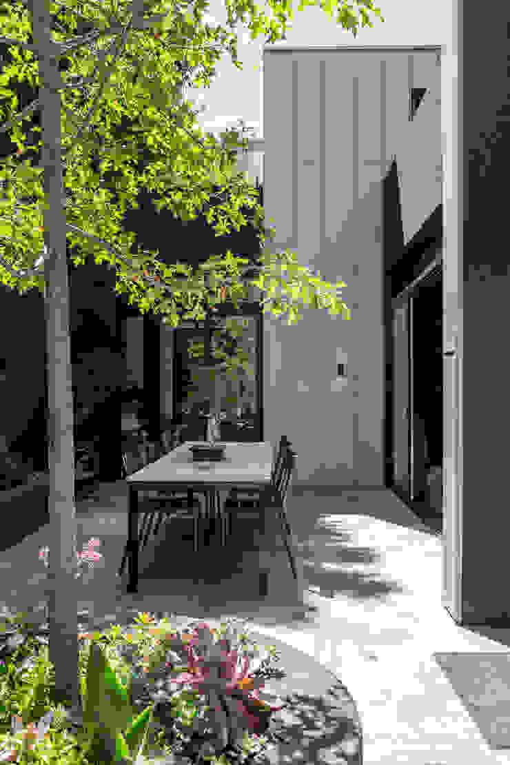Minimalistyczny ogród od GSQUARED architects Minimalistyczny