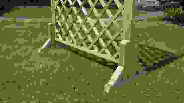 Piedistallo MAGIC EASEL in legno per grigliati e frangivista:  in stile  di ONLYWOOD, Classico Legno massello Variopinto
