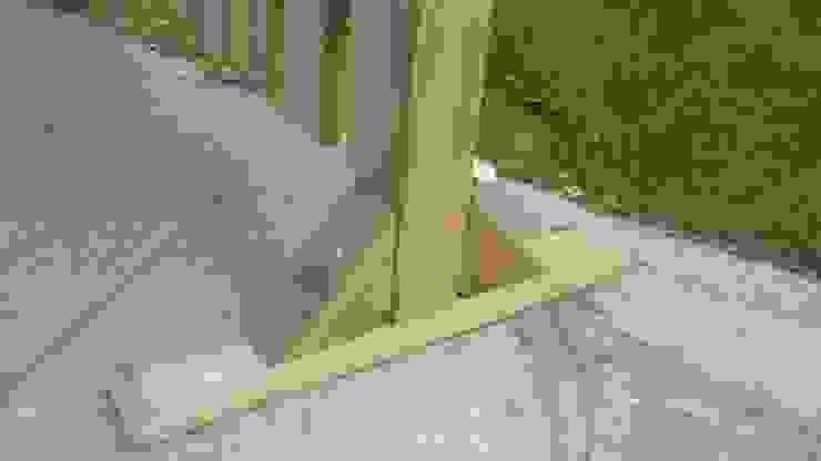 Piedistallo MAGIC EASEL in legno per steccati:  in stile  di ONLYWOOD, Classico Legno massello Variopinto