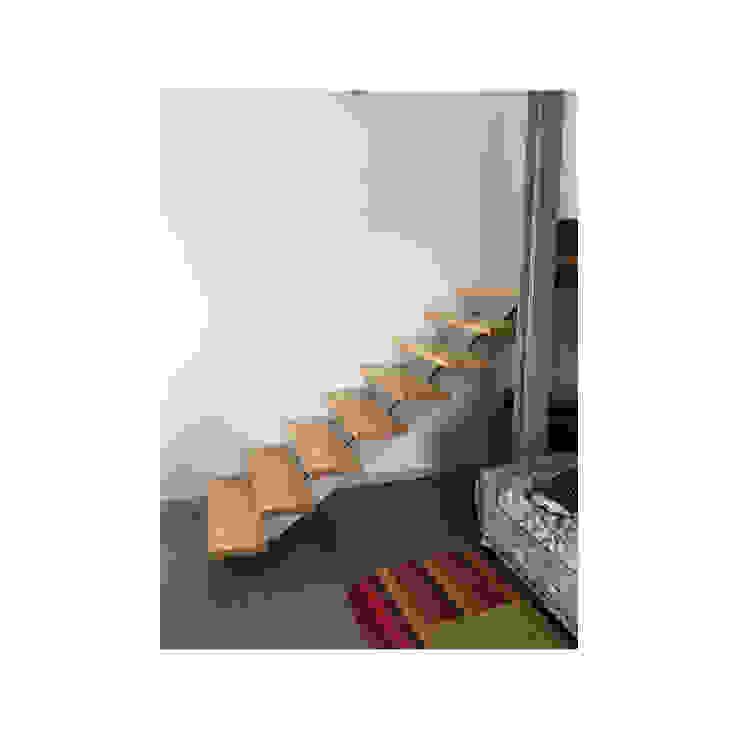 Escalera moderna sin baranda: Escaleras de estilo  de Arte y Vida Arquitectura, Moderno
