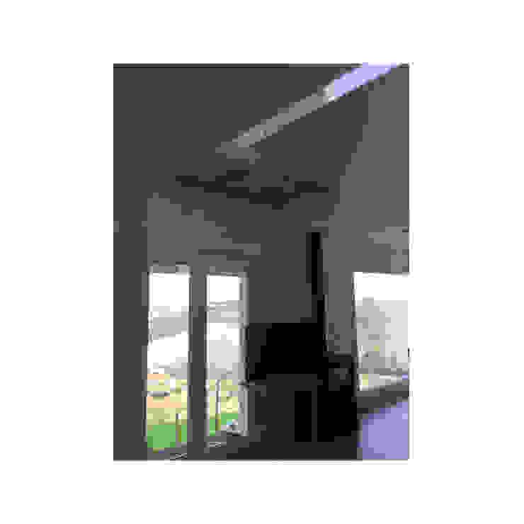 Vista interior con ventanales : Ventanas de estilo  de Arte y Vida Arquitectura, Rústico