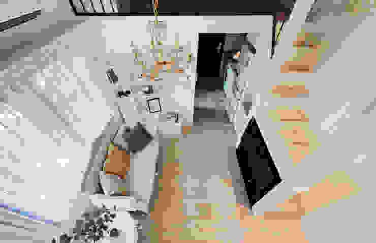 仰望-七坪 三房一廳一衛 古典唯美居家:  客廳 by 酒窩設計 Dimple Interior Design, 古典風 複合木地板 Transparent