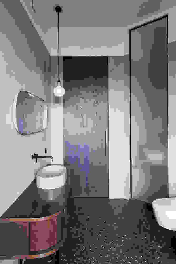 Studio Laas Minimalist bathroom Blue