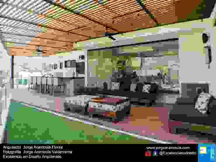 Balcones y terrazas de estilo moderno de Excelencia en Diseño Moderno Madera Acabado en madera