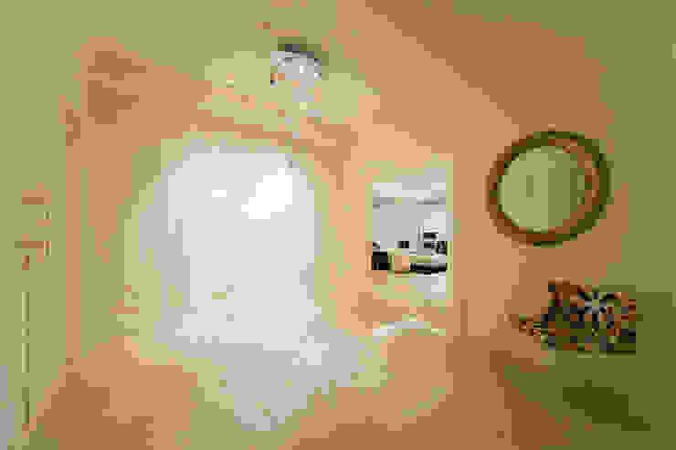 首善莊公館 經典風格的走廊,走廊和樓梯 根據 雅群空間設計 古典風