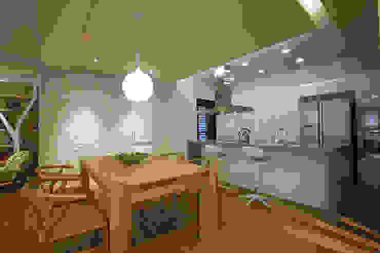 Salle à manger asiatique par 雅群空間設計 Asiatique