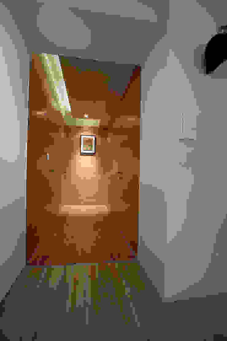 Couloir, entrée, escaliers asiatiques par 雅群空間設計 Asiatique