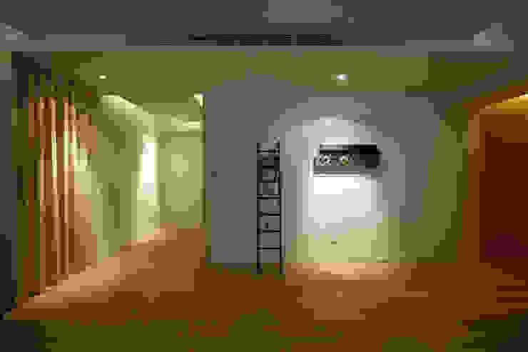 Pasillos, vestíbulos y escaleras asiáticos de 雅群空間設計 Asiático