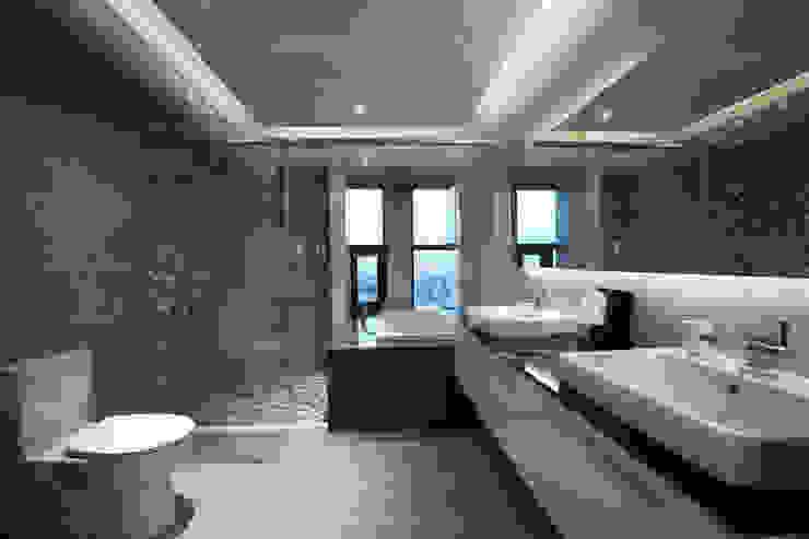 Salle de bain asiatique par 雅群空間設計 Asiatique