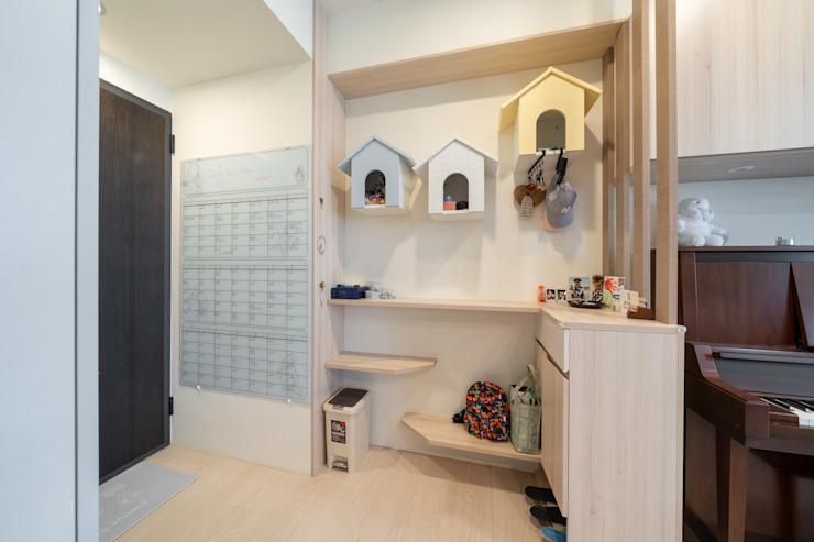 門牆上的清玻行事曆可以掌握家人彼此的行程 藏私系統傢俱 斯堪的納維亞風格的走廊,走廊和樓梯