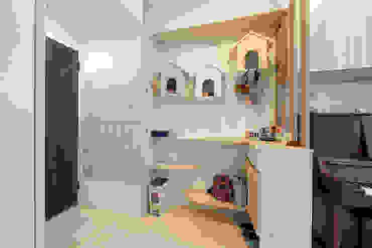 Ingresso, Corridoio & Scale in stile scandinavo di 藏私系統傢俱 Scandinavo