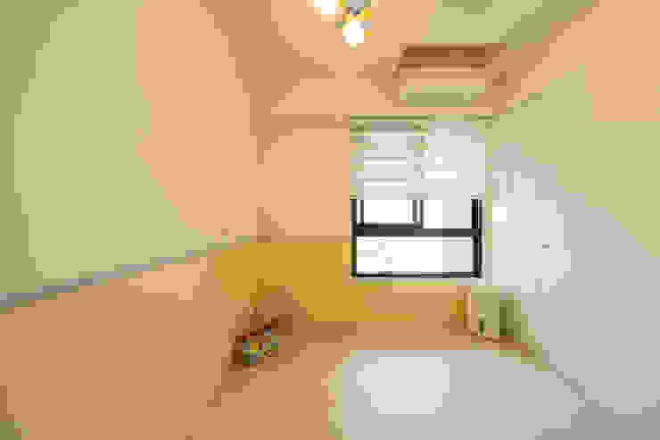 Dormitorios infantiles de estilo escandinavo de 藏私系統傢俱 Escandinavo