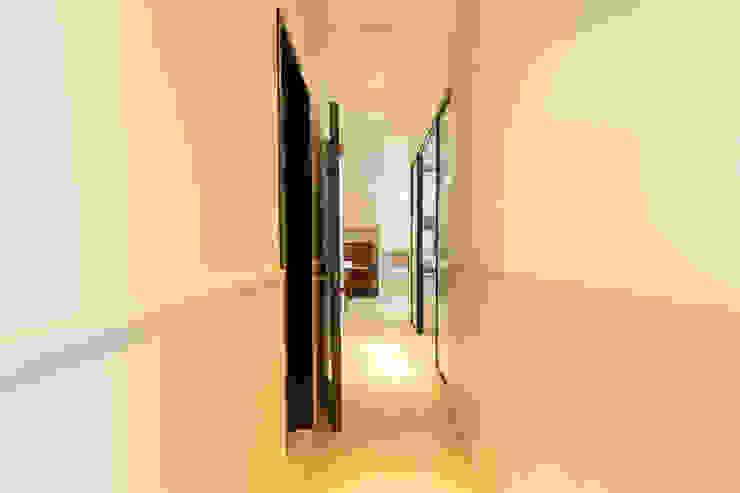 Pasillos, halls y escaleras escandinavos de 藏私系統傢俱 Escandinavo