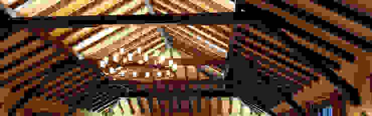 Deckenbalken und Holzdecke beleuchtet:  Arbeitszimmer von Meyerfeldt Architektur & Innenarchitektur im Raum Hamburg,Rustikal