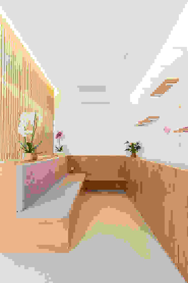 Qiarq . arquitectura+design Minimalist clinics Wood Grey