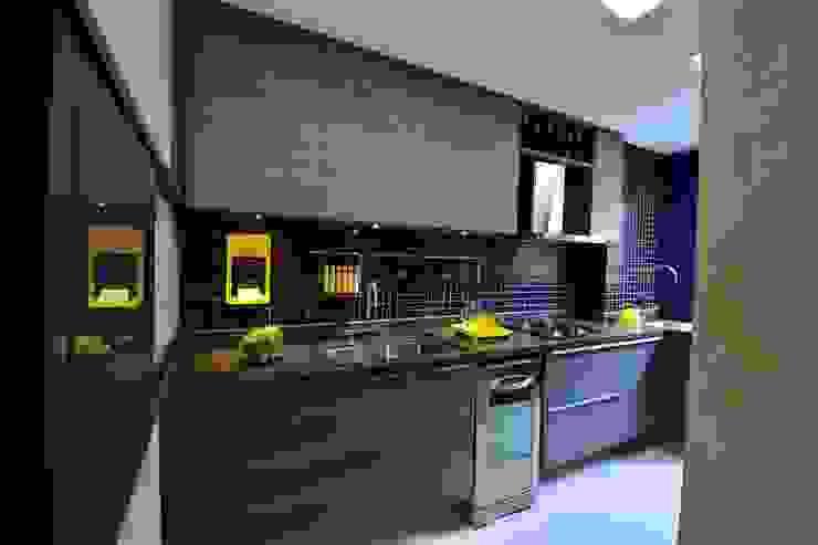 Elementos coloridos misturados com uma paleta de cores sombria por BG arquitetura   Projetos Comerciais Moderno