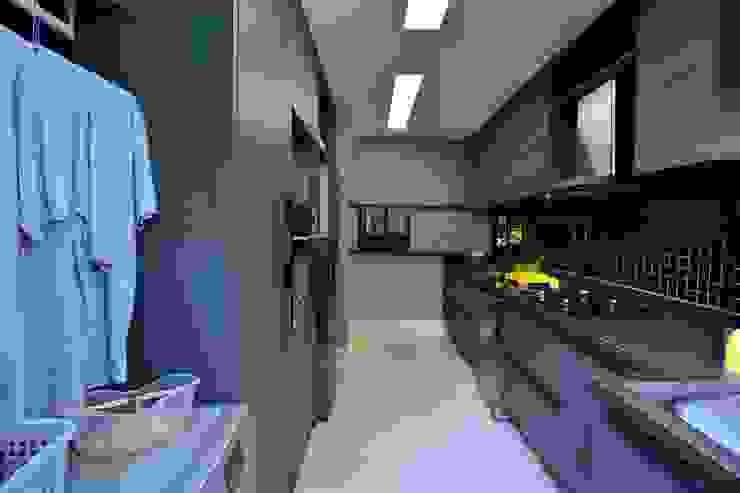 Junção de cozinha com área de serviço de modo sutil por BG arquitetura   Projetos Comerciais Moderno