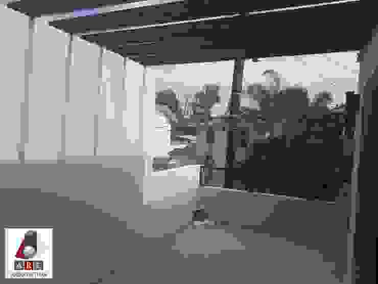 Terraza con pergolado ARC ARQUITECTURA Balcones y terrazas minimalistas Madera Blanco