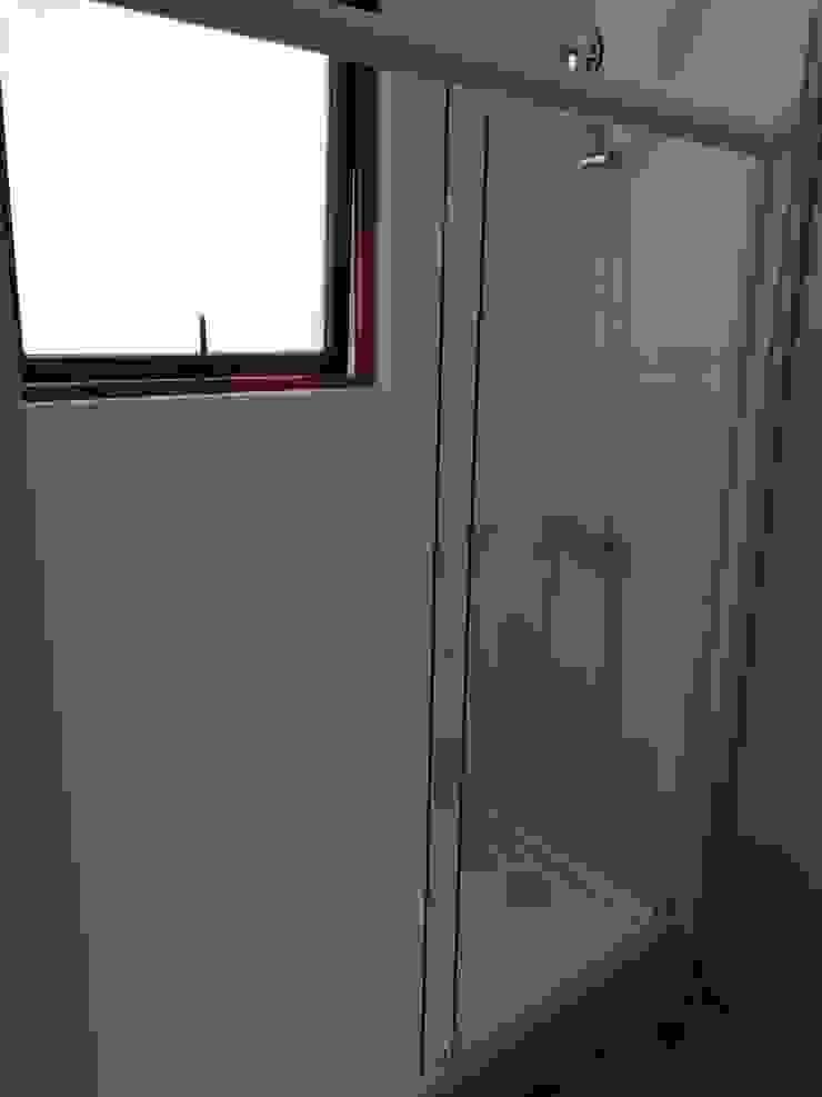 Ducha Baño Principal Baños de estilo mediterráneo de Remodelaciones Santiago Eirl Mediterráneo