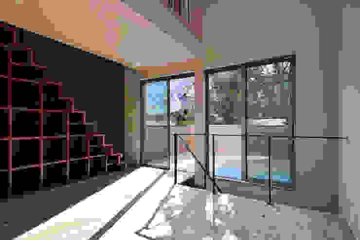 LDK(ロフト階段・バルコニー) ㈱本井建築研究所一級建築士事務所 モダンデザインの リビング 木 木目調