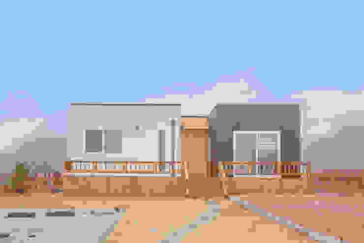 집의 본질을 생각한 미니멀리즘 전원주택 by 공간제작소(주) 모던