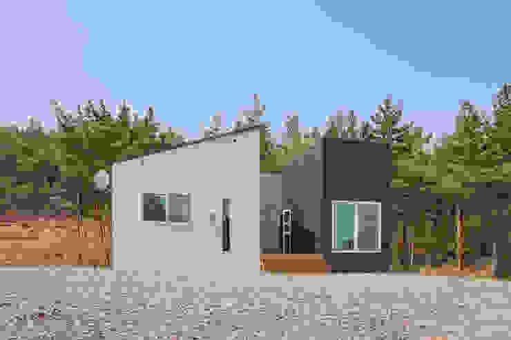거실 창에 바다를 담은 언덕 위에 전원주택 by 공간제작소(주) 모던