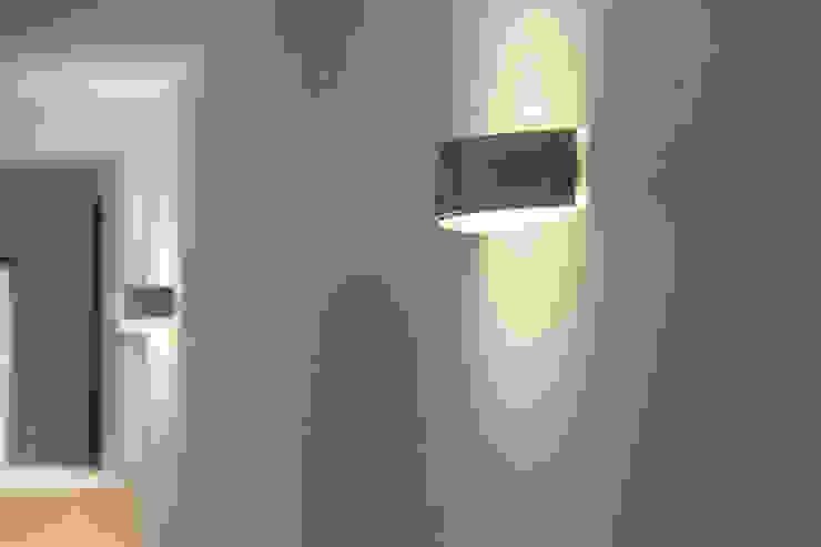 Puntos de luz. Pasillos, vestíbulos y escaleras de estilo moderno de Bau Arquitectura Tarragona Moderno