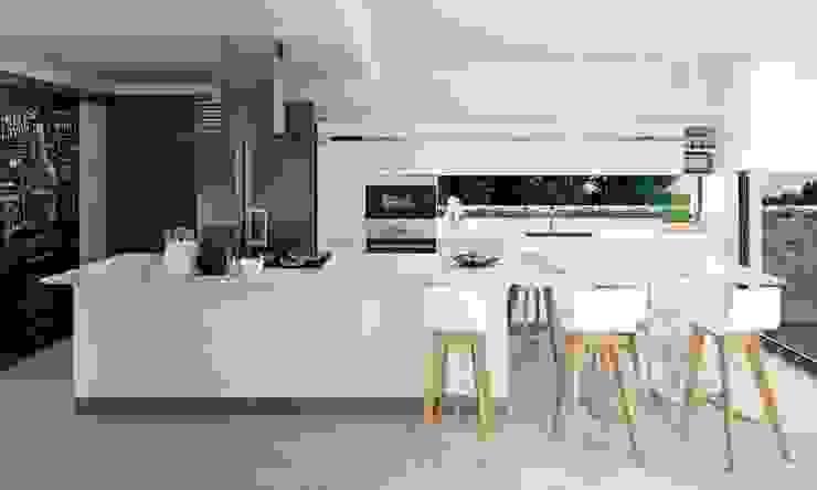 Cocina moderna y abierta Tono Lledó Estudio de Interiorismo en Alicante Cocinas integrales Blanco
