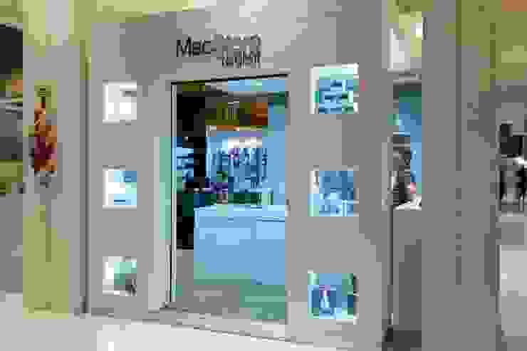 Punto de venta - Local de MacStore en shopping: Shoppings y centros comerciales de estilo  por Faerman Stands y Asoc S.R.L. - Arquitectos - Rosario,Moderno Vidrio