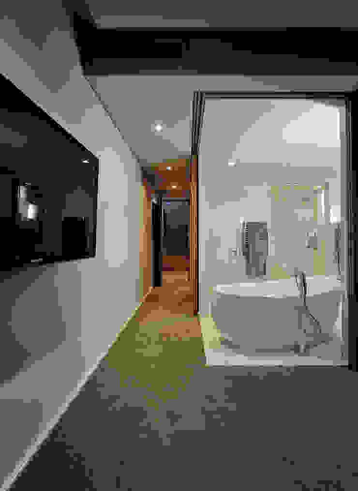 House La Croix Fresnaye Modern bathroom by KMMA architects Modern