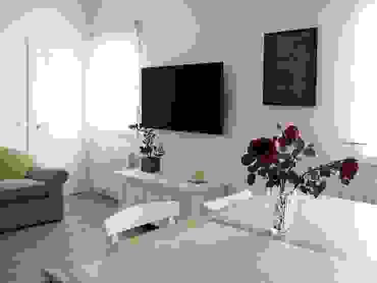Salón blanco y luminoso Salones de estilo moderno de Reformmia Moderno