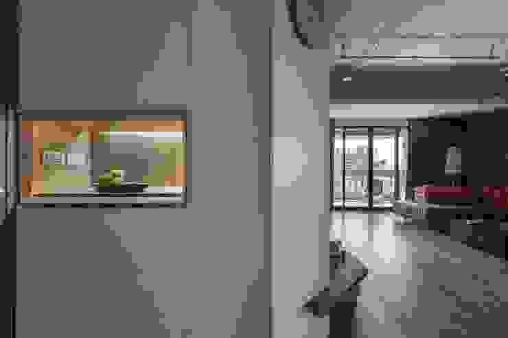 權相室內裝修設計有限公司 Ingresso, Corridoio & Scale in stile industriale