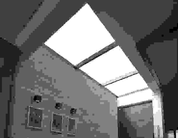 Коридор, прихожая и лестница в модерн стиле от Lozí - Projeto e Obra Модерн