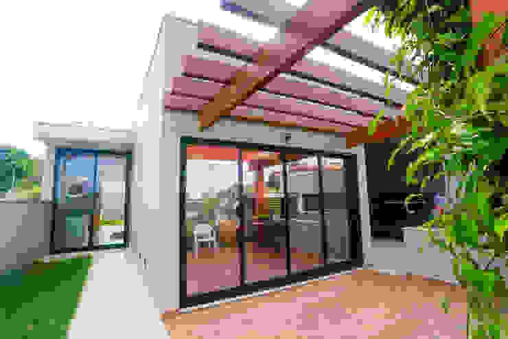 Балкон и терраса в стиле модерн от Lozí - Projeto e Obra Модерн
