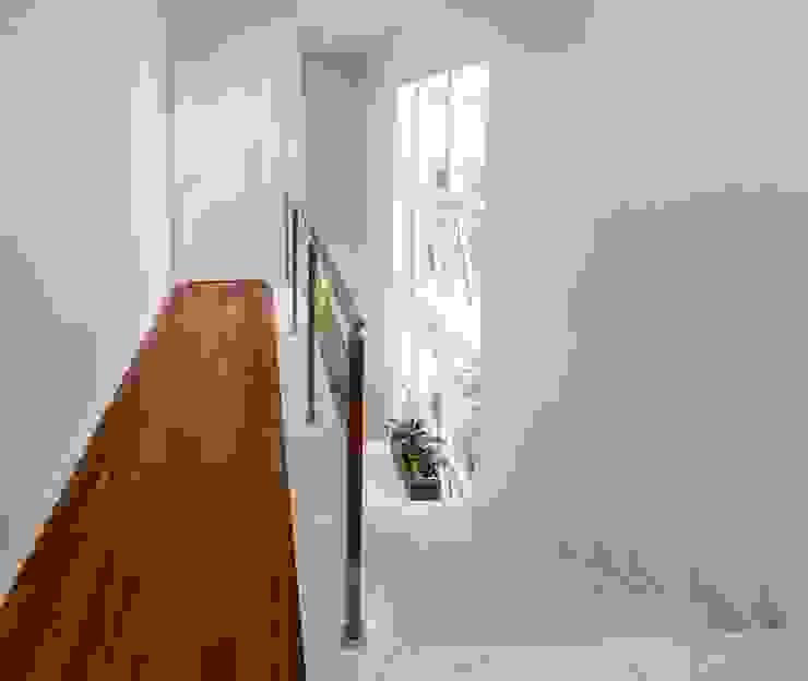 Коридор, прихожая и лестница в стиле кантри от Lozí - Projeto e Obra Кантри