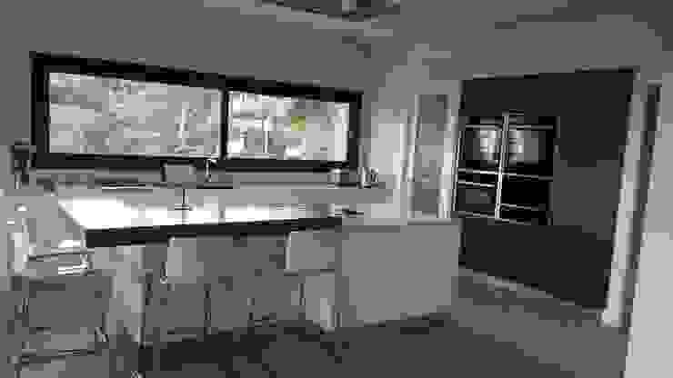 Muebles columnas, Isla central y barra con taburetes de Decodan - Estudio de cocinas y armarios en Estepona y Marbella Moderno Tablero DM