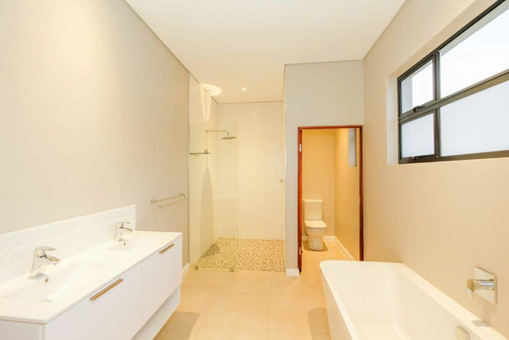 Modern House, Silverlakes area, Pretoria Modern bathroom by Building Project X (Pty) Ltd. Modern