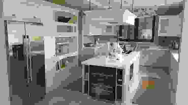 Isla central y zona de almacenamiento a pared de Decodan - Estudio de cocinas y armarios en Estepona y Marbella Clásico Madera Acabado en madera